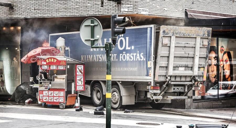 STOCKHOLM 2017-04-07 En kapad lastbil mejade på fredagen ner en folkmassa på Drottninggatan i Stockholm. Foto: Tomas Oneborg / SvD / TT / Kod: 30142 ** OUT DN och Dagens Industri (även arkiv) och Metro**. (Foto: 30142 Tomas Oneborg/SvD/TT/Scanpix 2017)