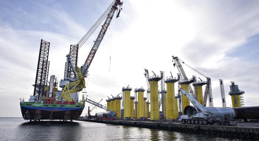 """Arkivfoto, fra 2014: Kæmpeskibet Innovation ankommer til Bladt Industries på Aalborg Havn for at afhente de første af ialt 35 vindmøllefundamenter til Westermost Offshore Wind Farm i den engelske del af Nordsøen. Skibet har en lastekapacitet på 8000 tons og en kran der kan løfte 1500 tons. Det specielle ved skibet er at det bliver """"jacked up"""" under lastning, dvs. at de 4 støtteben skydes ned på fjordbunden og hæver skibet op, den samme proces bruges når vindmøllefundamenterne skal på plads ude i Nordsøen. Fundamenterne med en diameter på 6, 5 m. er nogle af de største der er produceret af Bladt Industries. Det kræver yderligere 6 besøg af skibet før alle fundamenter er afleveret. Her ses skibet og fundamenterne før lastning"""