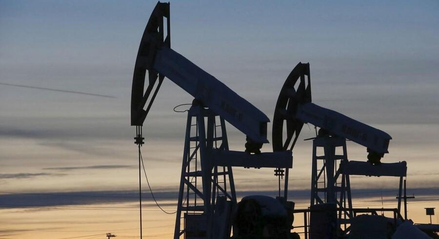 """For oliemarkedets vedkommende er der samtidig pres på priserne efter kommentarer fra Saudi-Arabien om, at ugens Opec-møde har karakter af """"konsultation"""" og dermed er rådgivende frem for besluttende."""