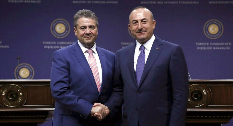 Den tyske udenrigsminister Sigmar Gabriel (tv.) siger under besøg, at Tyrkiet presser Tyskland til at trække soldater væk fra base.EPA/TUMAY BERKIN