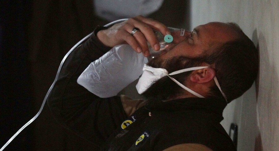 Den syriske udenrigsminister Walid al-Moualem udtaler at den syriske hær hverken har, eller har i sinde, at bruge kemiske våben mod »vores folk« eller »terrorister«. Her ses et civilforsvarsmedlem benytte en iltmaske, efter et mistænkt gasangreb i byen Khan Sheikhoun i det rebelkontrollerede område Idlib.