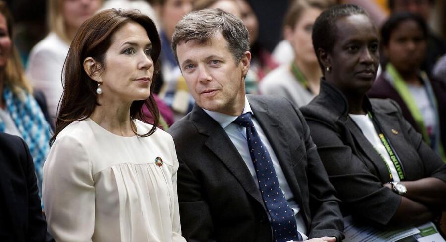 Kronprins Frederik og familien har besøgt Kongernes Jelling, da Kongeskibet Dannebrog lagde til i Vejle.