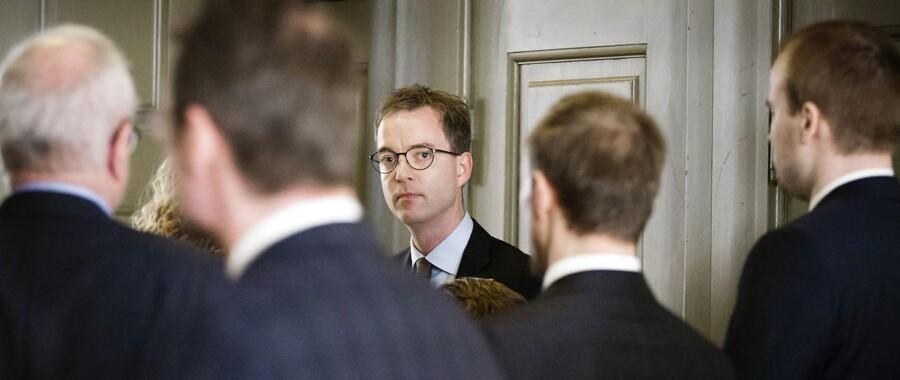 Miljø- og fødevareminister Esben Lunde Larsen (V) på vej til samråd om mulige indgreb over for kvotekonger.32. marts 2017.