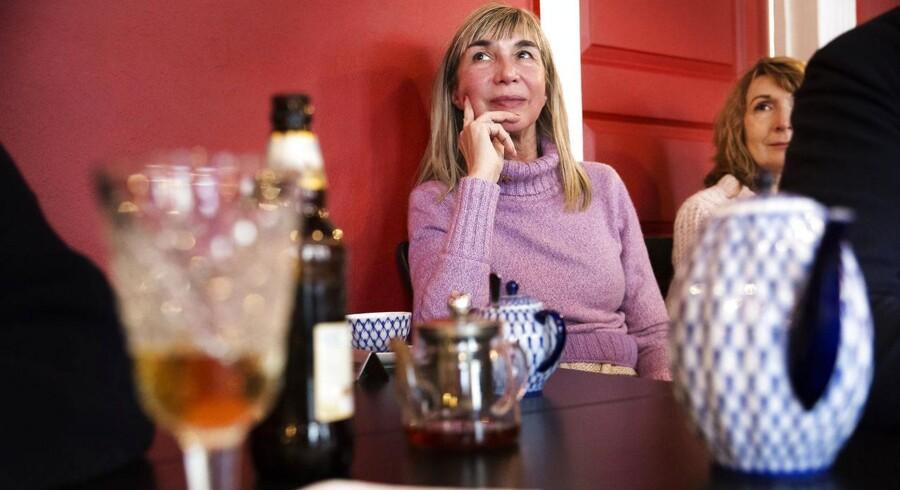 Irina Bjørnø fortæller, at hendes hjerte har to kamre. Et dansk og et russisk. Her sidder på hun russere i Danmarks nye samlingssted, Restaurant Rusland, og lytter på taler om vestlige mediers dækning af Rusland.