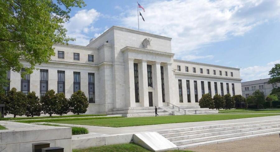 This file photo taken on August 1, 2015 shows the US Federal Reserve building in Washington, DC. TFederal Reserves renteudvalg, Federal Open Market Committee, har hævet renterne to gange i år, men udsigten til en tredje forhøjelse i 2017 fremstår i stigende grad som usikker på baggrund af det svage prispres, som er til stede, på trods af at USA's økonomi suser derudaf med lav arbejdsløshed og fortsat vækst.