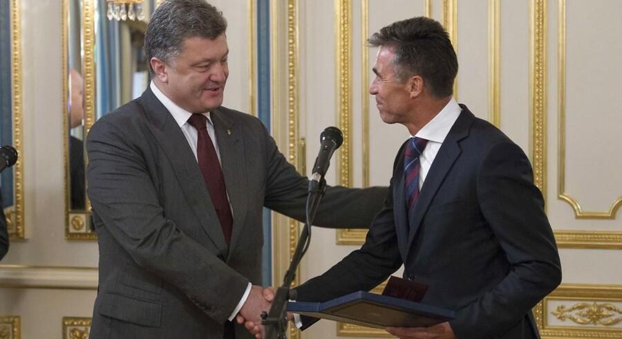 Arkivfoto:Ukraines præsident, Petro Porosjenko, hyrer Anders Fogh som rådgiver. Billedet her stammer fra sommeren 2014, da Fogh i rollen som NATOs generalsekretær under et besøg I Kiev blev tildelt Ukraines højeste frihedsorden af præsidenten.