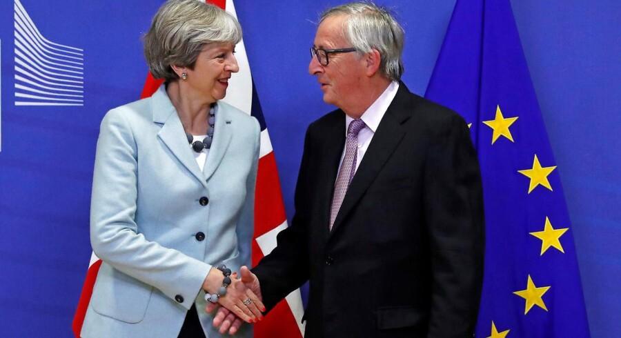 May og Juncker giver hånd i Bruxelles
