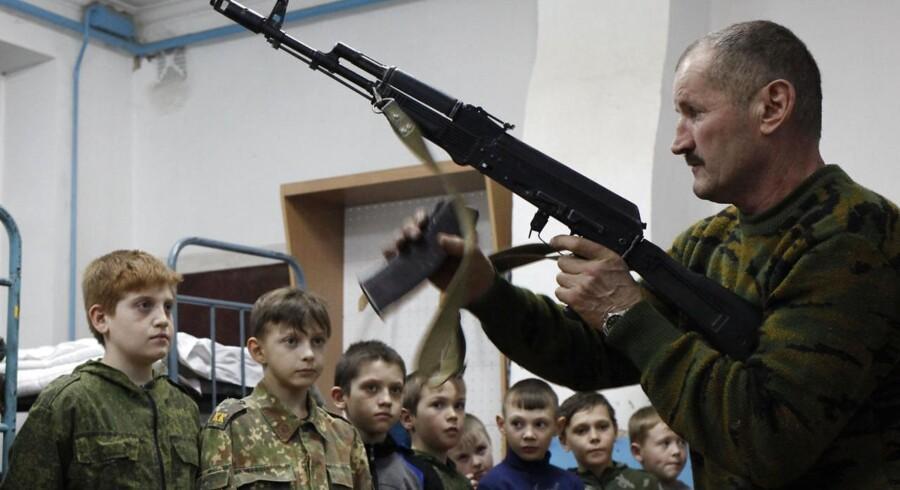 Elever på et russisk militærakademi får instruktioner under en feltøvelse i det sydlige Rusland. Ruslands ungdomskorps »Junarmija« blev dannet i 2015.