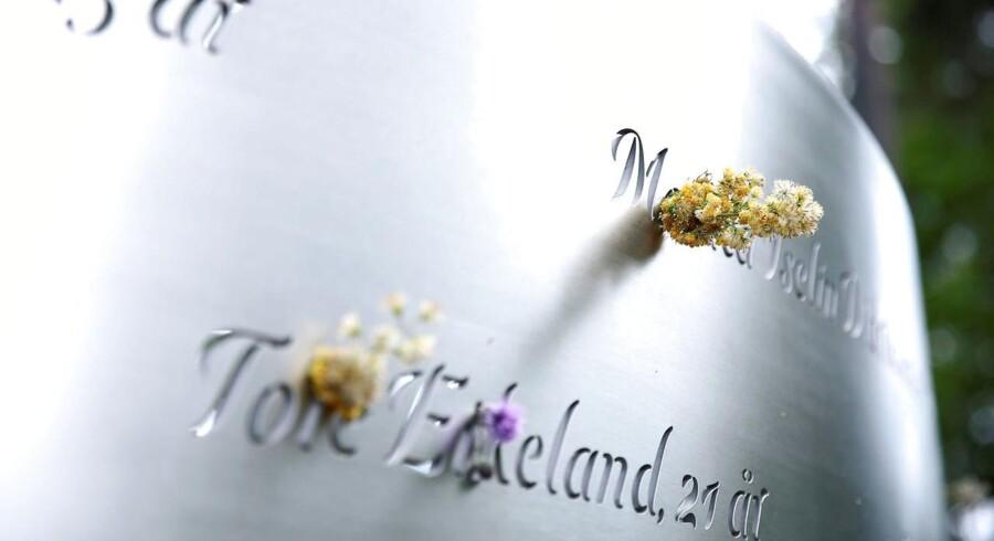 Massakren på Utøya blev udført med et halvautomatisk våben. Derfor støtter Stortinget den norske regerings ønske om at forbyde disse våben til private.