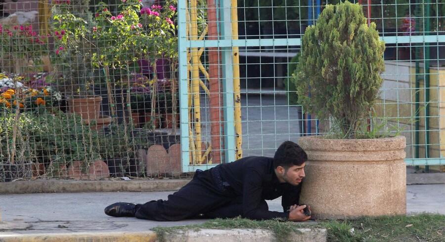 Kurdisk soldat søger dækning under Islamisk Stats angreb på Kirkuk i dag, Oktober 21, 2016. REUTERS/Ako Rasheed