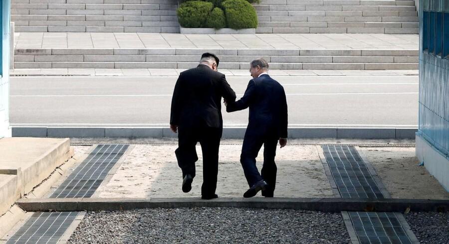 Sydkoreas præsident, Moon Jae-in, mødes med den nordkoreanske leder, Kim Jong-un, i Panmunjom i den demilitariserede zone.