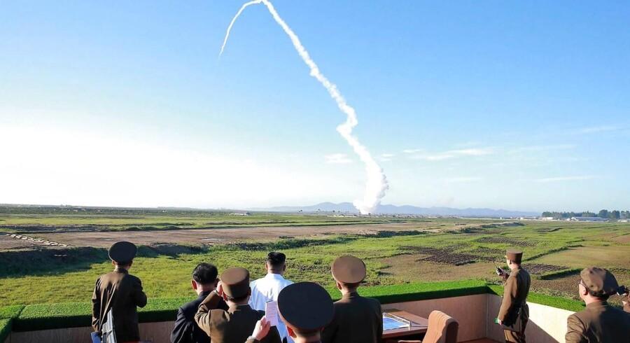 Arkivfoto. Kim Jong-Un observerer en missiltest på en ikke-offentliggjort lokation i Nordkorea
