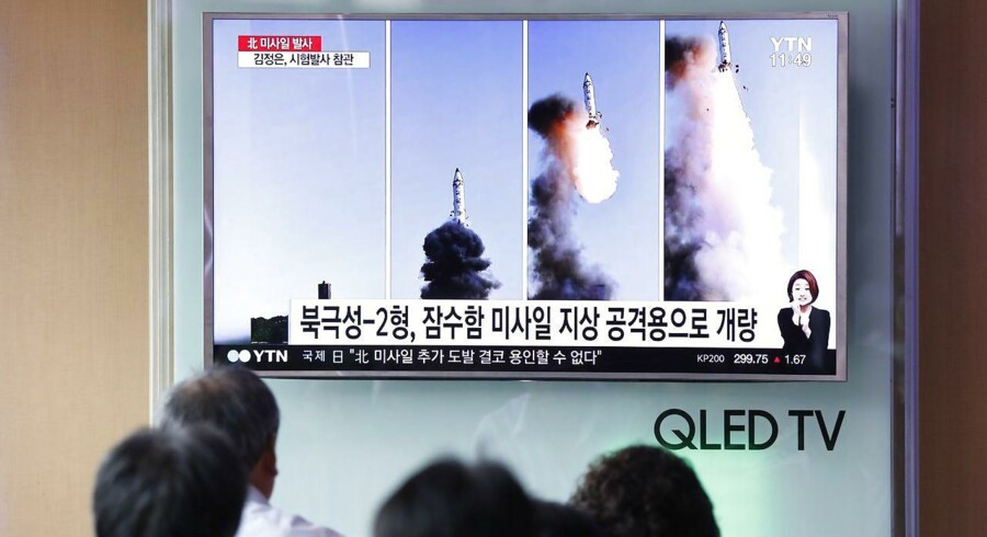 Sydkoreanere ser Nordkoreansk missiltest i fjersynet.