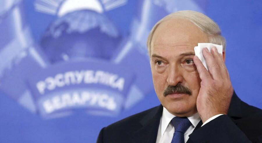 Aleksandr Lukasjenko, der kan spille en vigtig rolle i forhold til Rusland og allerede har lagt hus til Minsk-forhandlingerne, er på vej ind fra kulden. På et møde for EUs udenrigsministre mandag blev det besluttet at løfte sanktioner mod 170 personer og tre virksomheder ved udgangen af februar. Tilbage på EUs sanktionsliste over for Hviderusland er dermed kun en fortsat våbenembargo samt fire personer, der er mistænkt for medvirken til to oppositionspolitikeres forsvinden.