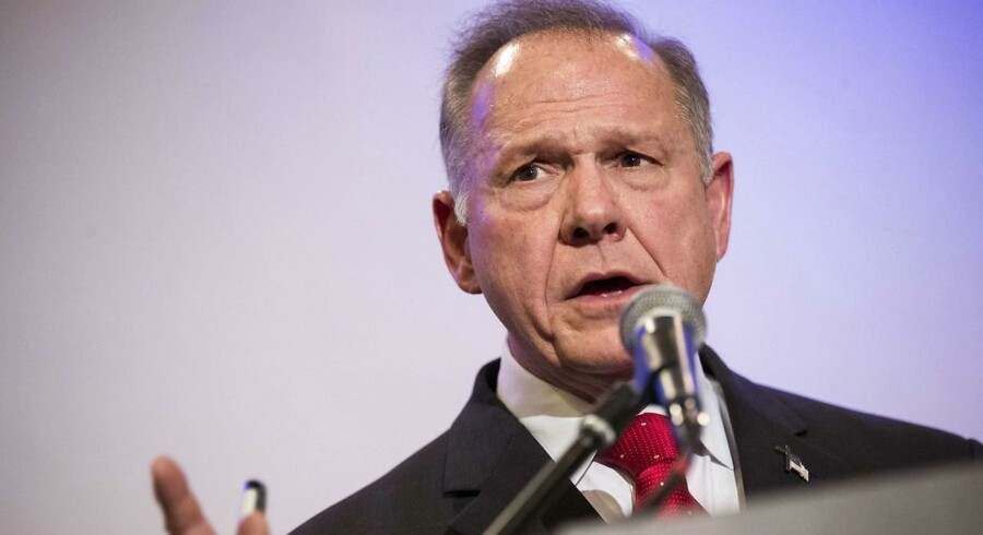 Moore er Republikanernes kandidat i den sydlige delstat Alabama. Her skal der vælges en ny senator til den plads i Senatet i Washington, der er blevet ledig efter justitsminister Jeff Sessions.