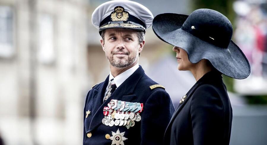 Kronprinsesse Mary og Kronprins Frederik overværer parade i anledning af Flagdag for Danmarks udsendte.