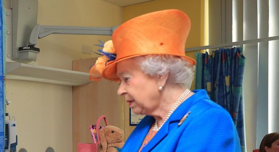 Her ses dronning Elizabeth under sit besøg på Royal Manchester Children's Hospital i Manchester torsdag. Scanpix/Peter Byrne