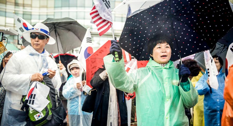 Demonstranterne i Seoul er hovedsageligt ældre ultrakonservative sydkoreanere, som mener, at den nuværende liberale præsident Moon Jae-in kører en alt for forsonlig linje over for Nordkorea.