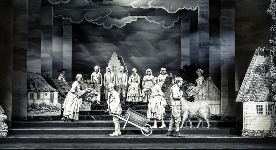 """Går ensartethed: Ensemblet i modelteaterdekorationen til Christian Lollikes hårdtslående nytænkning af Holbergs """"Erasmus Montanus"""". Foto: Emilia Therese."""