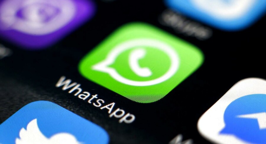 Beskedtjenesten WhatsApp, som Facebook ejer, er den seneste, der har indført væg-til-væg-kryptering - altså kodning - af al kommunikation, så ingen snushaner kan lytte med. Det politiske krav om altid at sikre efterretningstjenesterne en bagdør er ikke længere nær så højlydte. Arkivfoto: Ritchie B. Tongo, EPA/Scanpix