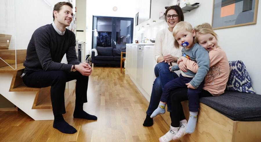 Marie Langhoff, Sebastian Koch-Hansen og børnene Esther og Edvard er en af de mange børnefamilier, der bor i de 83 almene boliger i Grøndalsvænge i Københavns Nordvest-kvarter. De nyder deres 130 kvadratmeter til bare 9.400 kroner om måneden med kun fem kilometer til Rådhuspladsen. Foto: Jens Astrup