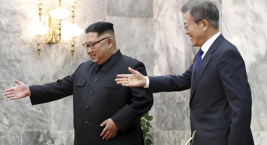 På dette fotografi fra 26. maj er det Sydkoreas præsident, Moon Jae-in, og Nordkoreas Kim Jong-un, der begge viser på plads ved forhandlingsbordet. De to statsledere mødtes i grænsebyen Panmunjom ved den demilitariserede zone.