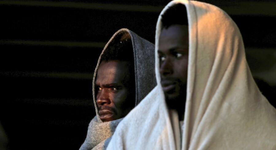 To migranter, der er reddet fra druknedøden på Middelhavet og bragt i italiensk havn af NGO-fartøjet »Phoenix«. I EU-systemet cirkulerer et forslag om at oprette lejre i Tunesien og Ægypten, hvorfra de fortrinsvis afrikanske migranter skal søge asyl. Foto: Darrin Zammit Lupi/Reuters
