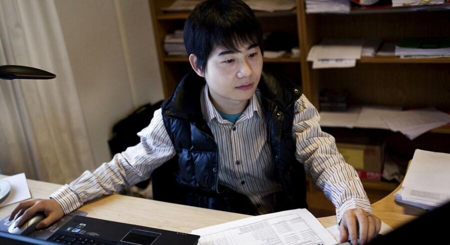 Den danske arbejdskraft mangler. Derfor søger virksomheder efter udenlandsk arbejdskraft. Her ses den kinesiske ingeniør Linbo Lu, der er ansat i ingeniørvirksomheden Norwin.
