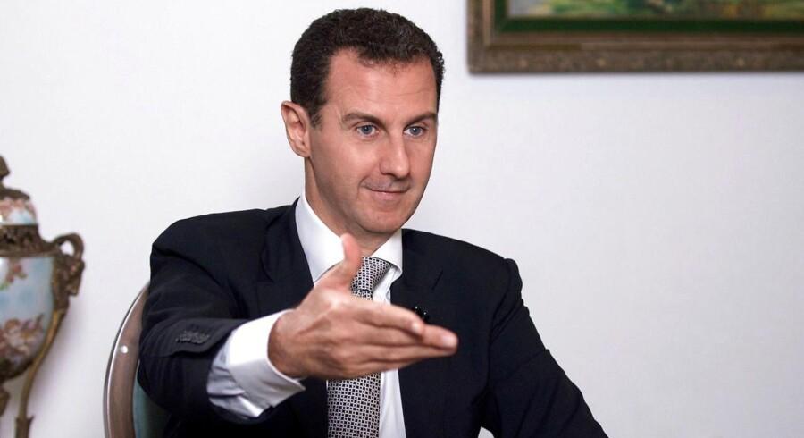 De seneste år har FN ifølge den britiske avis The Guardian givet store pengesummer til firmaer og personer, der har tæt relation til den syriske præsident, Bashar al-Assad.