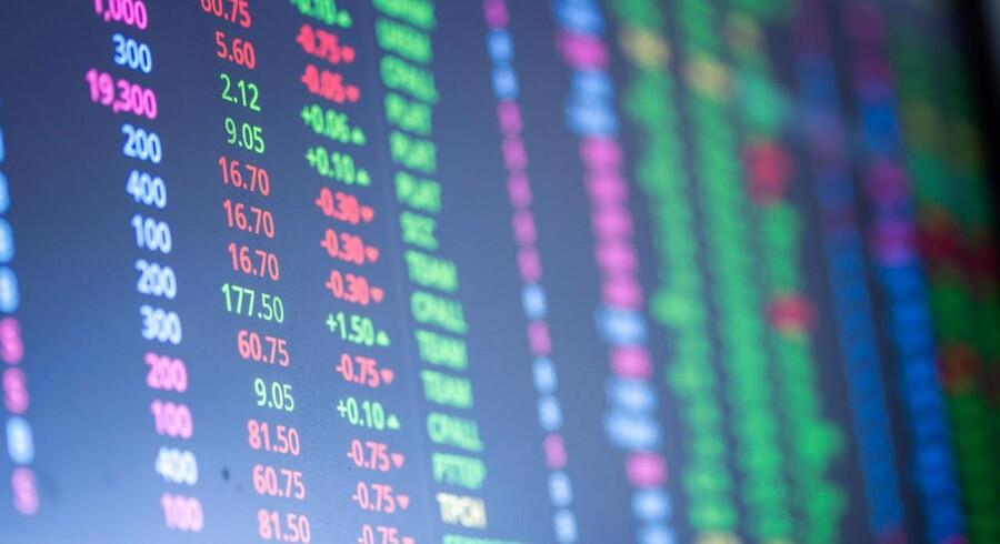 Investorerne ser ud til at træde vande på de store europæiske aktiemarkeder onsdag ved middagstid, hvor bevægelserne på indeksniveau er afdæmpede frem mod rentemødet i den amerikanske centralbank, Federal Reserve, i aften.