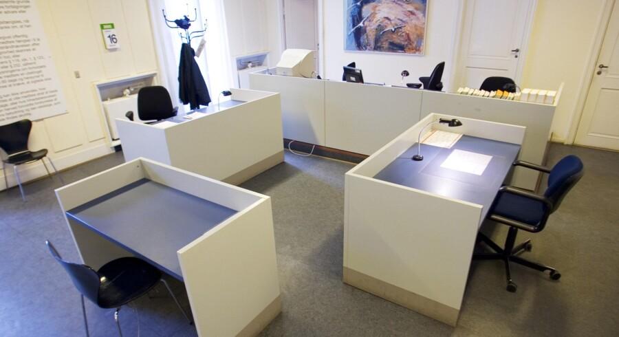 En 26-årig mand er i Dommervagten i København blevet varetægtsfængslet i 13 dage, sigtet for besiddelse af godt 35 kilo hash. Politiet sigter ham også for at være i besiddelse af et våbenlager, men dommeren mener ikke, at der er begrundet mistanke om, at våbnene tilhører ham. Scanpix/Kaare Smith/arkiv
