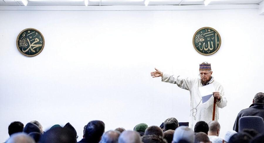 I en ny undersøgelse blandt danskere med muslimsk baggrund svarede 37 procent, at de i nogen grad føler, at andre ser ned på dem på grund af deres baggrund. Her er det fredagsbøn ved Dansk Islamisk Center på Nørrebro. Det er den danske Imam Abdul Wahid Pedersen, der forestod fredagsbønnen.