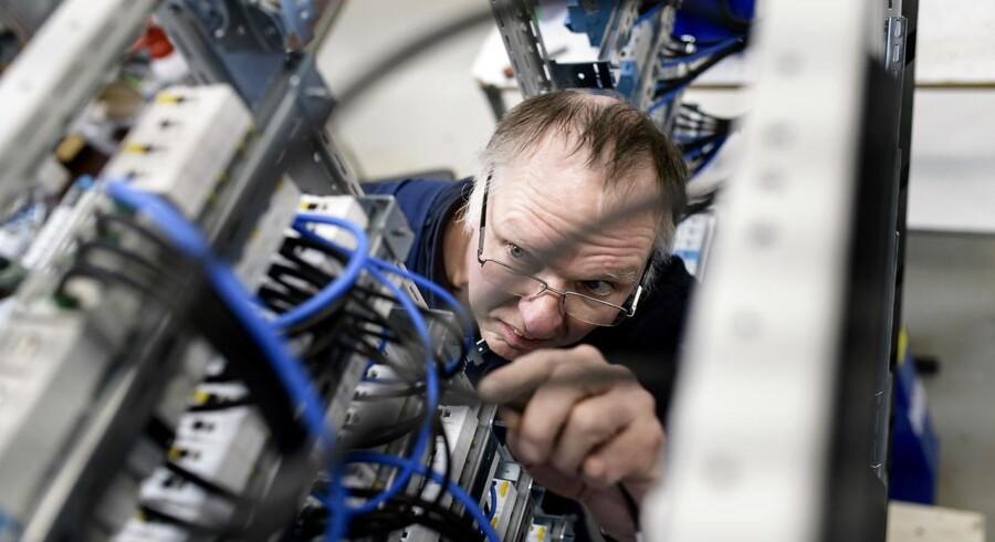 En ny analyse fra Dansk Industri viser at der kommer til at mangle arbejdskraft. Pro-Automatic i Holsted mangler allerede nu uddannede elektrikere. Her er det elektriker Johnny Madsen der monterer et el-skab ©2018 Palle Peter Skov