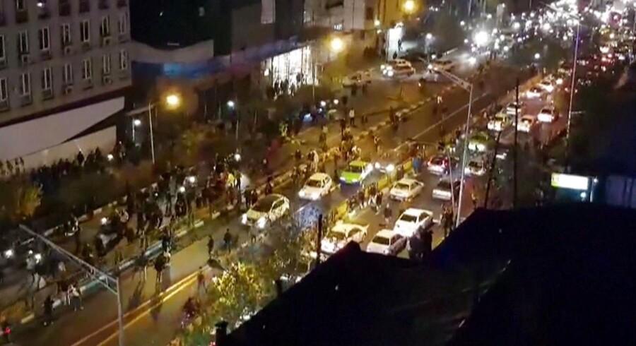 Urolighederne i Iran fortsætter, på trods af præsident Hassan Rouhanis opfordringer til ro og løfter om mere åbenhed.