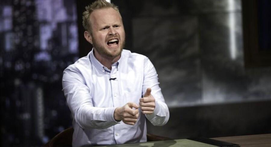 Jonatan Spang som vært for det satiriske nyhedsprogram »Tæt på sandheden med Jonatan Spang«.