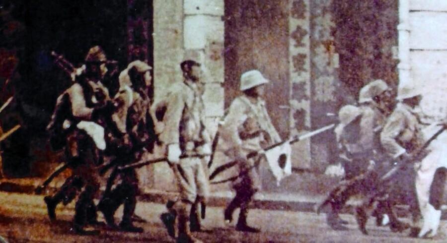Japanske soldater under erobringen af Hong Kong. Illustration fra bogen.