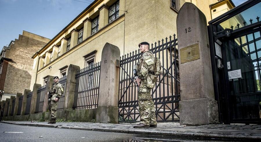 Soldaterne der assistere politiet med bevogtning af oplagte terrormål kræver bedre løn og bedre erstatsningsordning til efterladte familier.