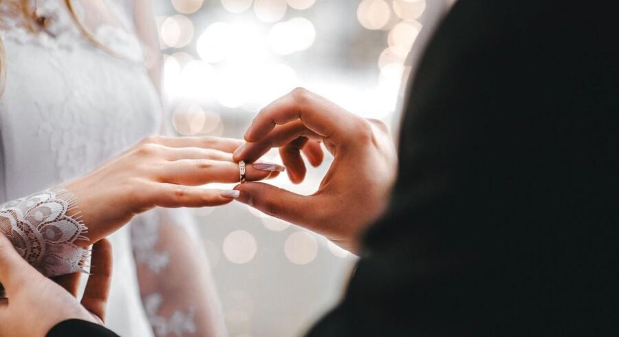 »Hvordan er det kommet dertil, at over 10.000 udenlandske par sidste år kunne blive viet i Danmark, uden at nogen har undret sig over fænomenet?« Modelfoto