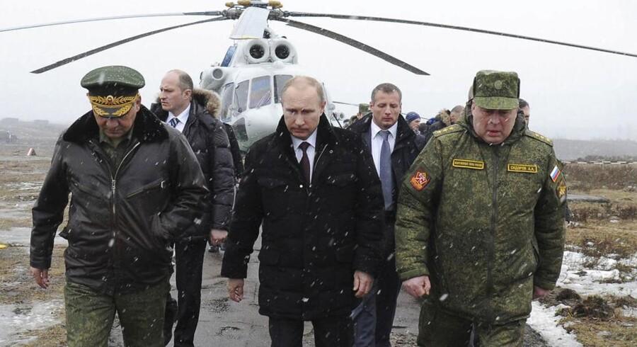 ARKIVFOTO: Ruslands præsident Vladimir Putin på vej til en militærøvelse på Kirillovskij-basen.