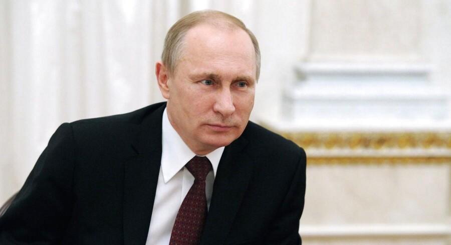 Den russiske præsident er ikke set offentligt siden 5. marts. Her er han fotograferet ved et møde med en gruppe russiske mødre i forbindelse med Kvindernes Internationale Kampdag 8. marts. Et møde, som menes at have fundet sted flere dage før.