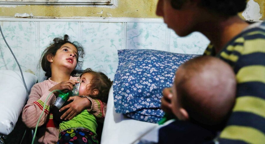 Hundredvis af mennesker har ifølge Verdenssundhedsorganisationen WHO haft symptomer på at være kemisk forgiftet.
