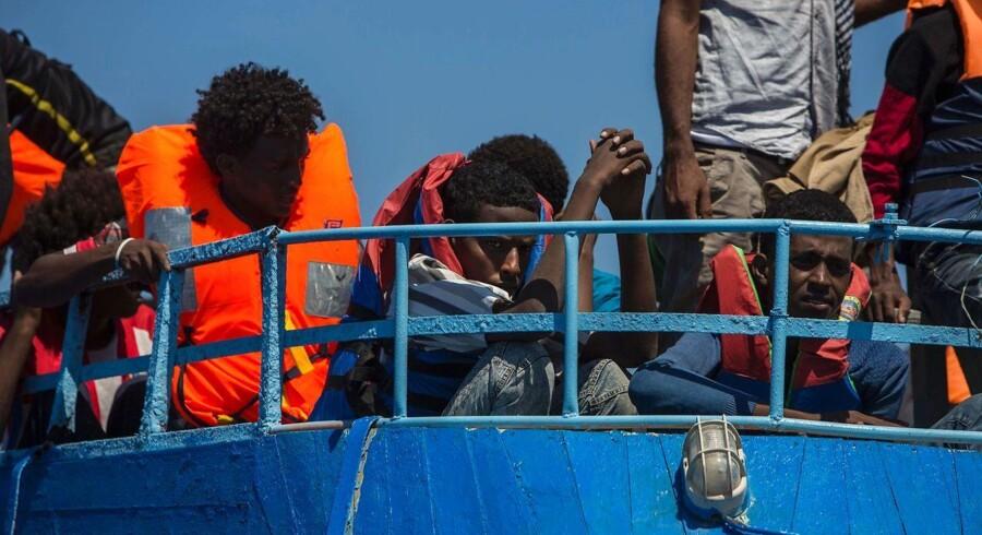 Indtil videre er blot syv blevet reddet efter et skibsforlis ved Libyen, mens hundrede stadig savnes.