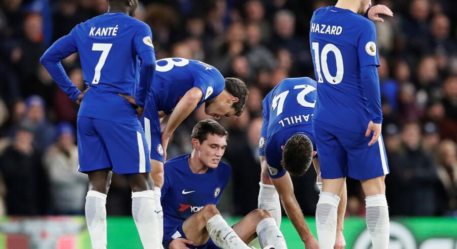 Andreas Christensen (siddende) blev skadet for to uger siden mod Bournemouth. Nu er han snart på højkant igen. Reuters/David Klein