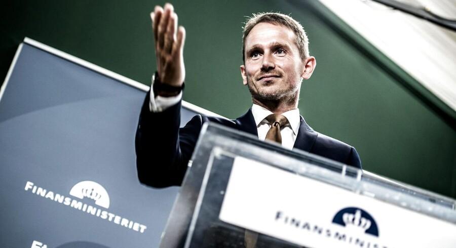 Finansminister, Kristian Jensen præsenterer torsdag den 31. august 2017 regeringens forslag til finansloven for 2018 i Rentekammeret i Finansministeriet. Med udspil til finanslov, skat og erhvervsliv har regeringen fremlagt tre af de fire store udspil i efteråret. Første aftale om bilafgifter ventes i næste uge. Finansminister Kristian Jensen (V) og DF-forhandlerne har indledt daglige møder for at nå en aftale hurtigt, så bilsalget kan komme i gang igen. Det skriver Ritzau, torsdag den 31. august 2017. . (Foto: Mads Claus Rasmussen/Scanpix 2017)