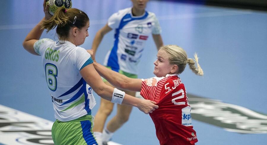 Danmarks Stine Jørgensen og Sloveniens Ana Gros under EM kvalifikationskampen mellem Danmark- Slovenien i Farum Arena.
