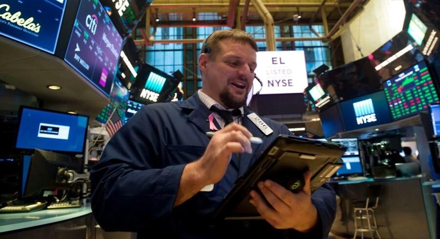 Fredagens rekorder i såvel S&P 500-indekset som Nasdaq-indekset fik mandag følgeskab af Dow Jones, der i lighed med de to øvrige hovedindeks lukkede på det højeste niveau nogensinde.