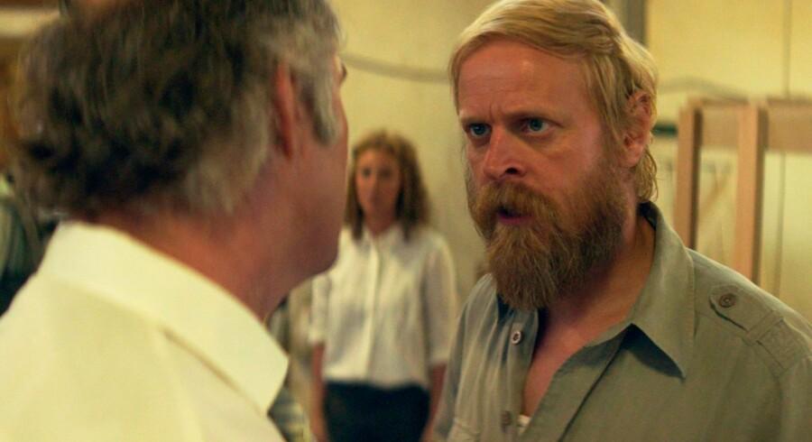 Niels (Carsten Bjørnlund) forsøger med alle midler at hjælpe den nødstedte Katrina (Connie Nielsen).
