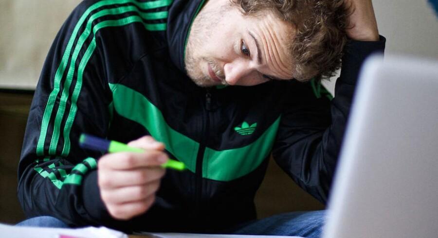 Arkivfoto: Syddansk Universitet har indført et nyt program, der skal sikre mod snyd ved skriftlige eksaminer. Her er Toke Rasmussen i gang med at læse op til eksamen og har - såvidt vi ved - ikke noget at gøre med eksamenssnyd.