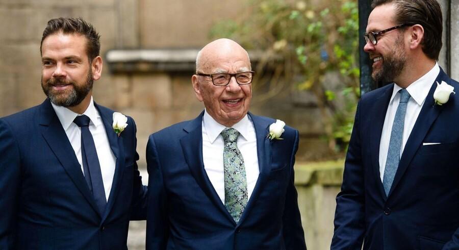 Den australskfødte mediemogul Rupert Murdoch (midten) bliver sammen med sine sønner Lachlan (tv.) og James (th.) de helt store vindere, uanset om Disney eller Comcast løber med det meste af Fox-gruppens underholdnings- og medieaktiviteter eller må nøjes med Sky TV.