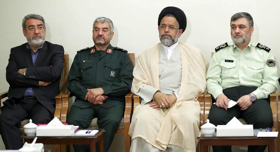 Mohammad Ali Jafari (anden fra venstre), leder af den iranske revolutionsgarde.
